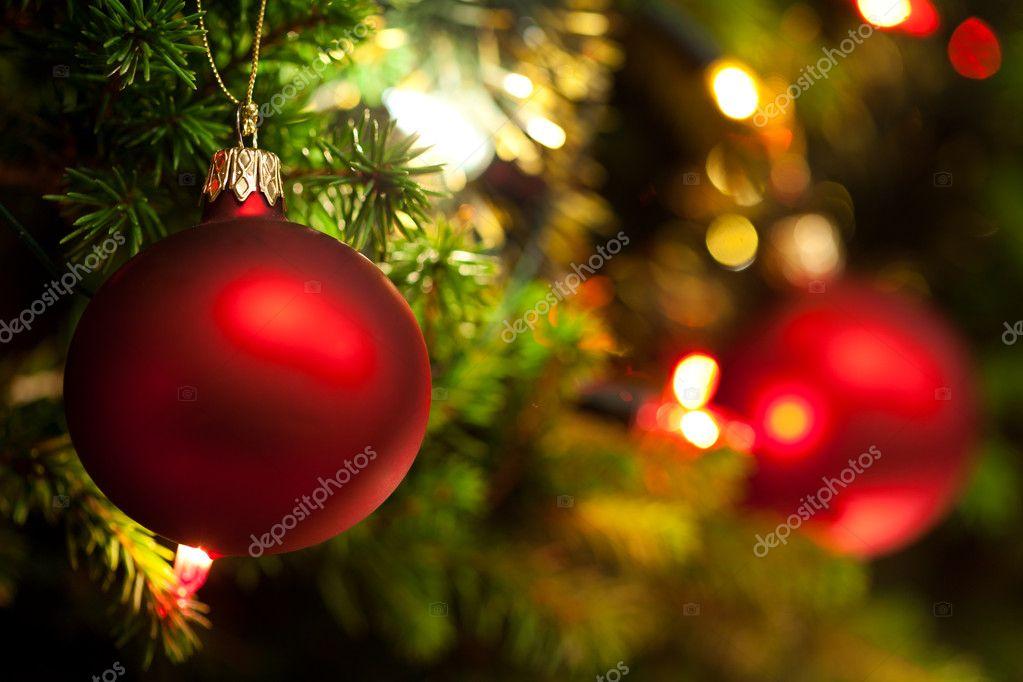 Kerst ornament met verlichte boom in achtergrond, kopie ruimte ...