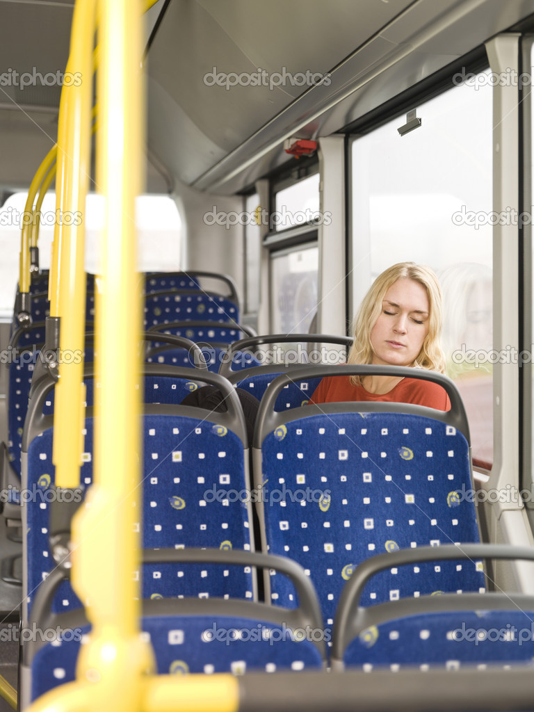 красивая блондинка спит в автобусе обо всем