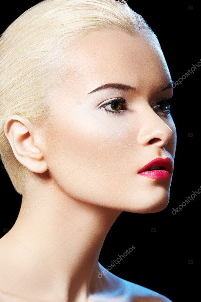 Fashion portrait of glamour woman model with bright evening lips make-up