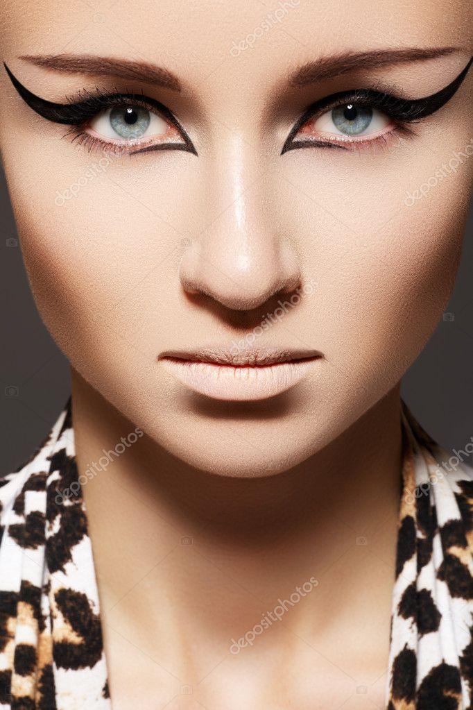 moda mujer modelo con maquillaje glamour delineador de ojos de gato