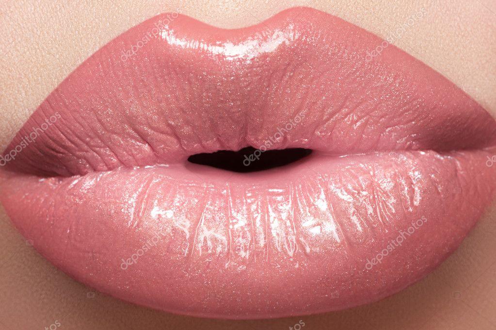 картинка поцелуй женские губы