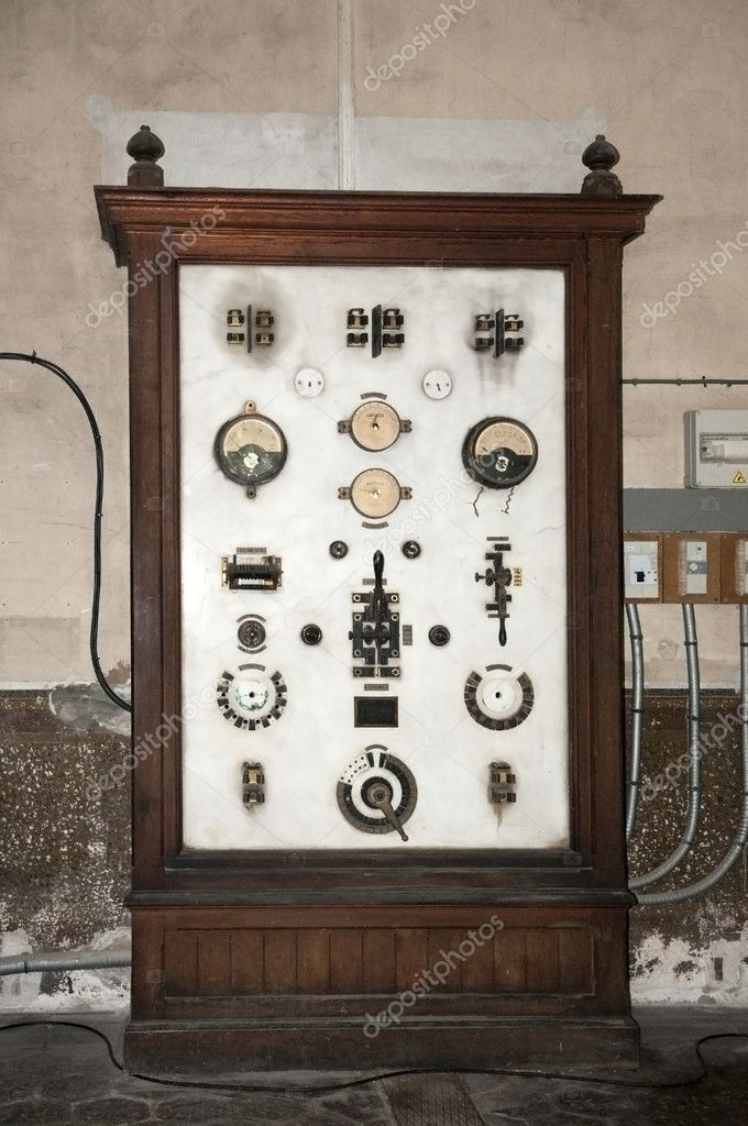 Vintage Electrical Measuring Instruments : Old electrical board panel — stock photo moreno