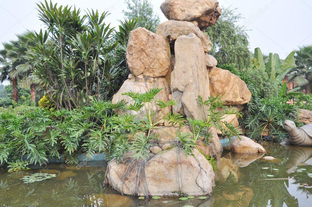 chinesischer Granit Steingarten im Teich — Stockfoto © donkeyru #6756471
