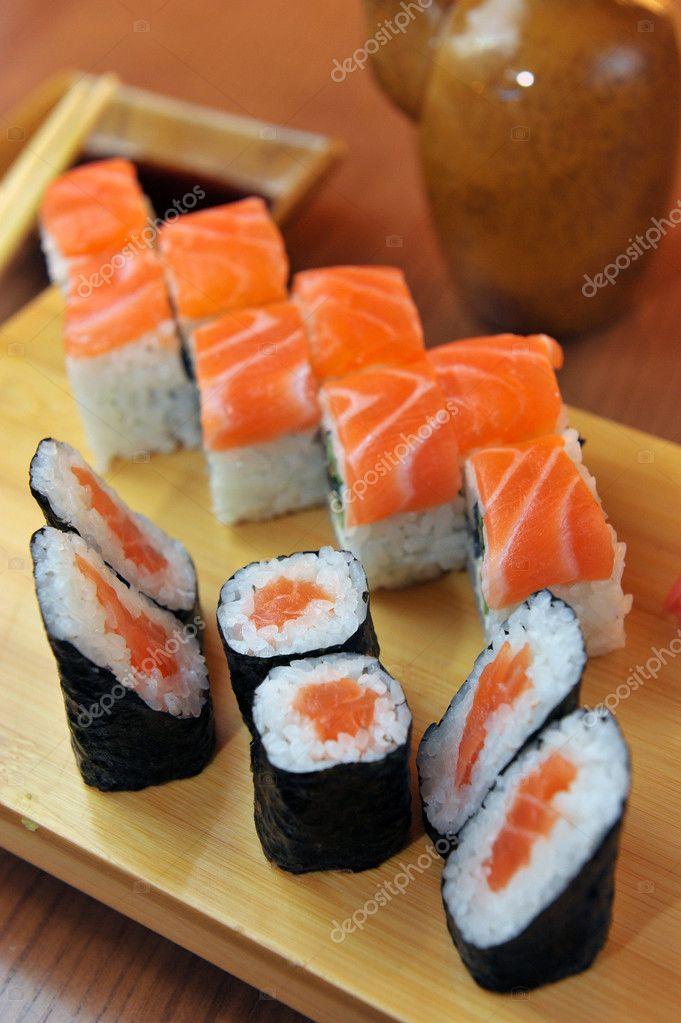 california rolls maki sushi comida japonesa u imagen de stock