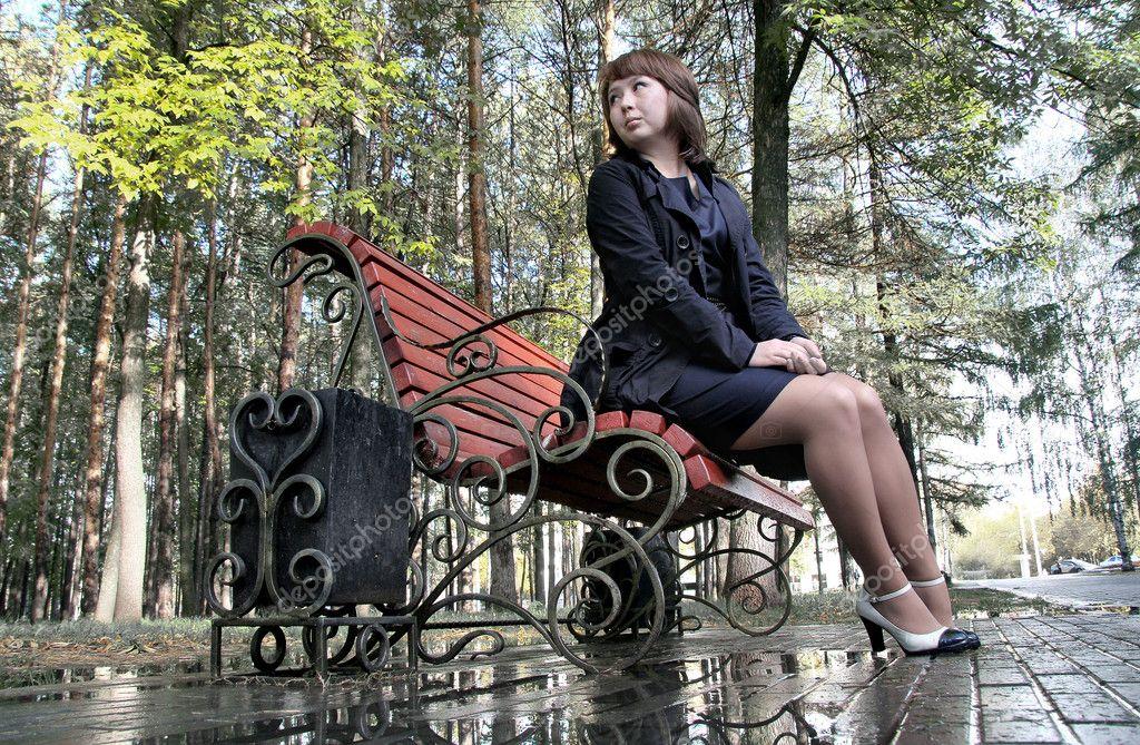 на скамейке в парке в чулках фото нравится по-трахаться