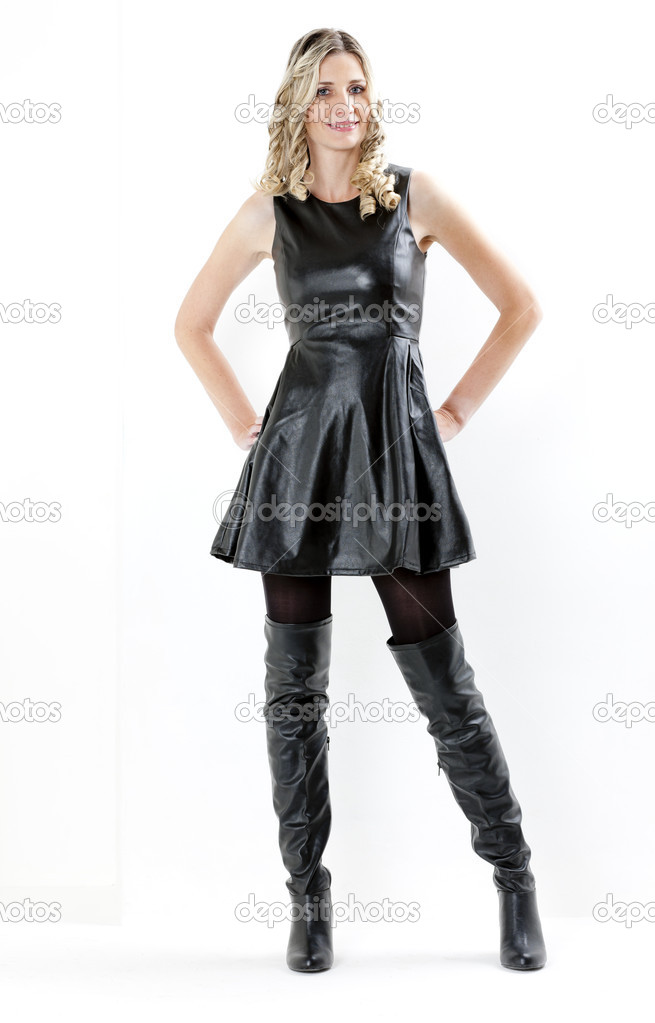 Mujer Con Vestido Negro Y Botas Negras Foto De Stock Phb