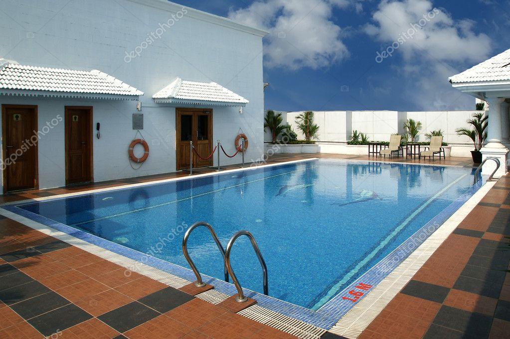 Luxe zwembad om af te koelen in stockfoto vladj55 7874772 for Zwembad aanschaffen