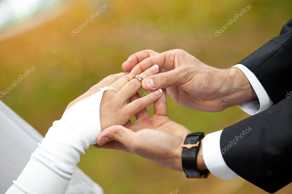 Newly-married couple on wedding dresses gold rings — Stock