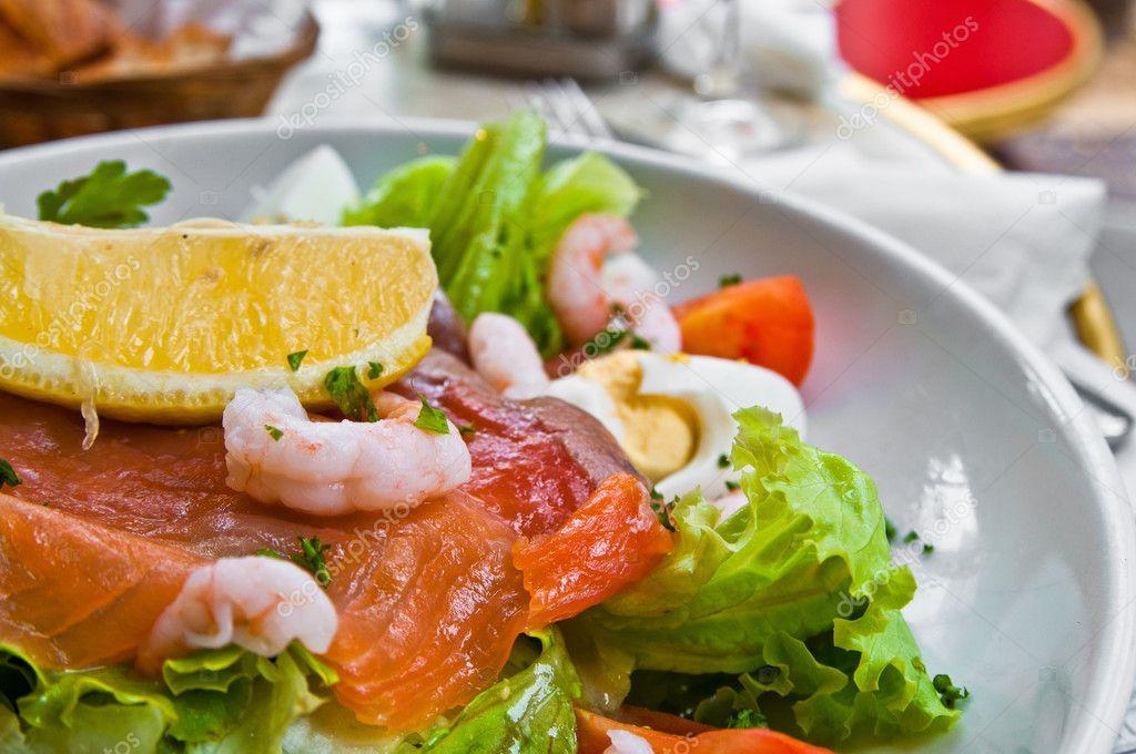 salade de fruits de mer frais au saumon fum photographie ilolab 7119493. Black Bedroom Furniture Sets. Home Design Ideas
