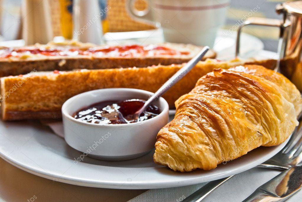 Colazione con caff e croissant in un cestino sul tavolo for Piani colazione