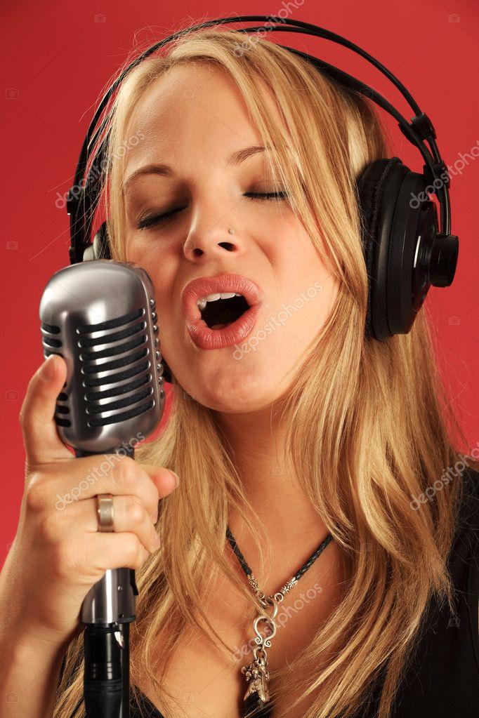 Шлюшки с микрофоном фото, тетка дрочит на камеру