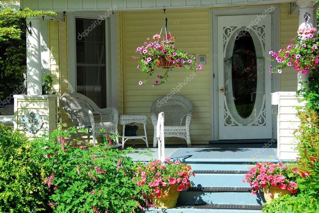 Portico di casa con fiori foto stock elenathewise 7085124 for Piccola casa con avvolgente portico