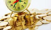 čas jsou peníze - ciferník hodin a zlaté mince