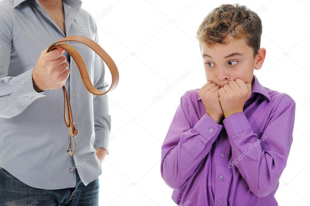 Строгий отец наказывает дочь ремнем видео