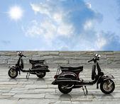 Černá vintqage motorka na zdobí kamenný silniční