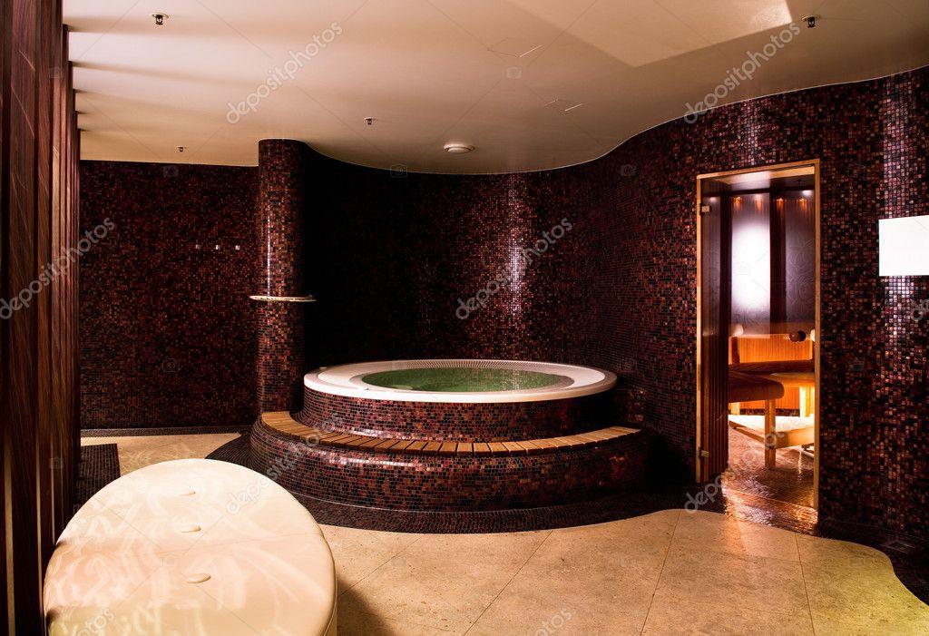 Jacuzzi e sauna nel seminterrato — Foto Stock © samumisi67 #15704963