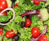 čerstvá zelenina v pohybu nad bílá