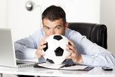 muž s míčem v úřadu