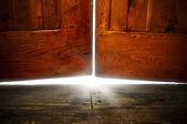bílé světlo pod staré dveře