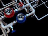 Fotografie Kommunikation von Wasserzählern und Wasserhähnen auf schwarzem Hintergrund