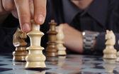Fotografie podnikatel hraje šachy