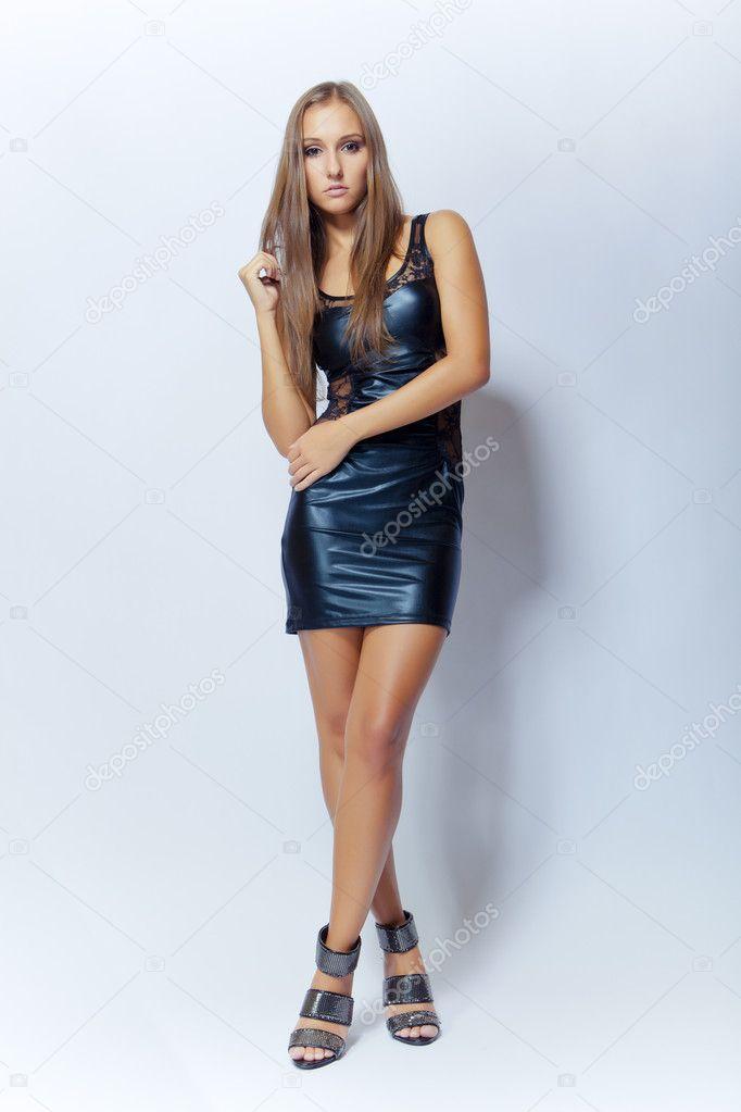 9cace519d964 moda sexy giovane ragazza in abito nero — Foto Stock © fotoduki  7651129