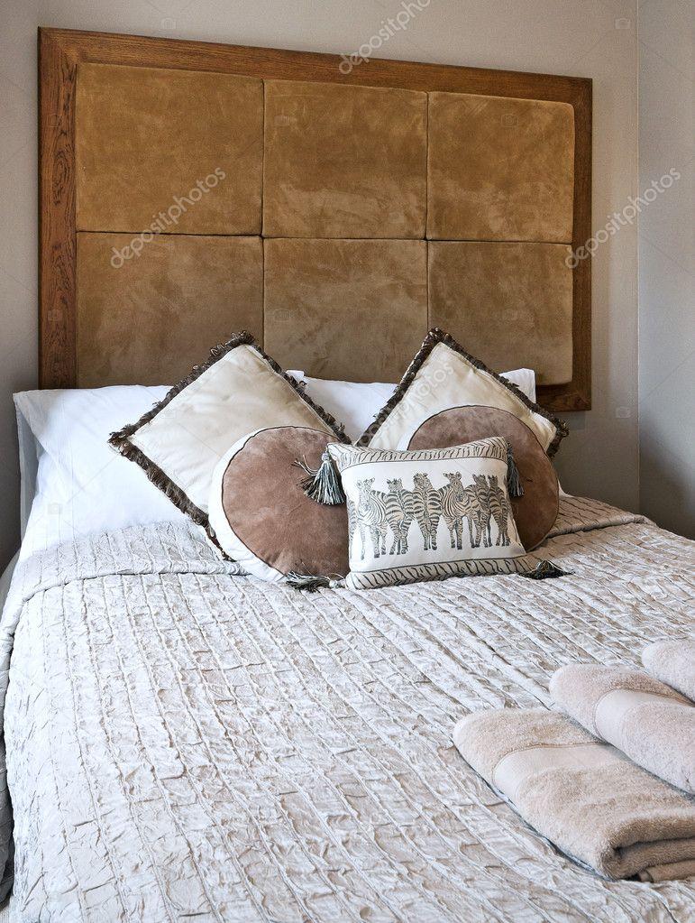 Afrikanische Folk Stil Schlafzimmer Mit Braunem Leder Header Und Zebra  Kissen U2014 Foto Von Jrphoto
