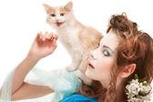 Fotografie schöne Elfen-Mädchen mit Kätzchen