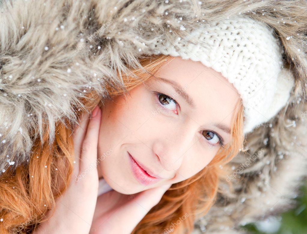 Retrato de muchacha bonita en el fondo de invierno usando calor ...