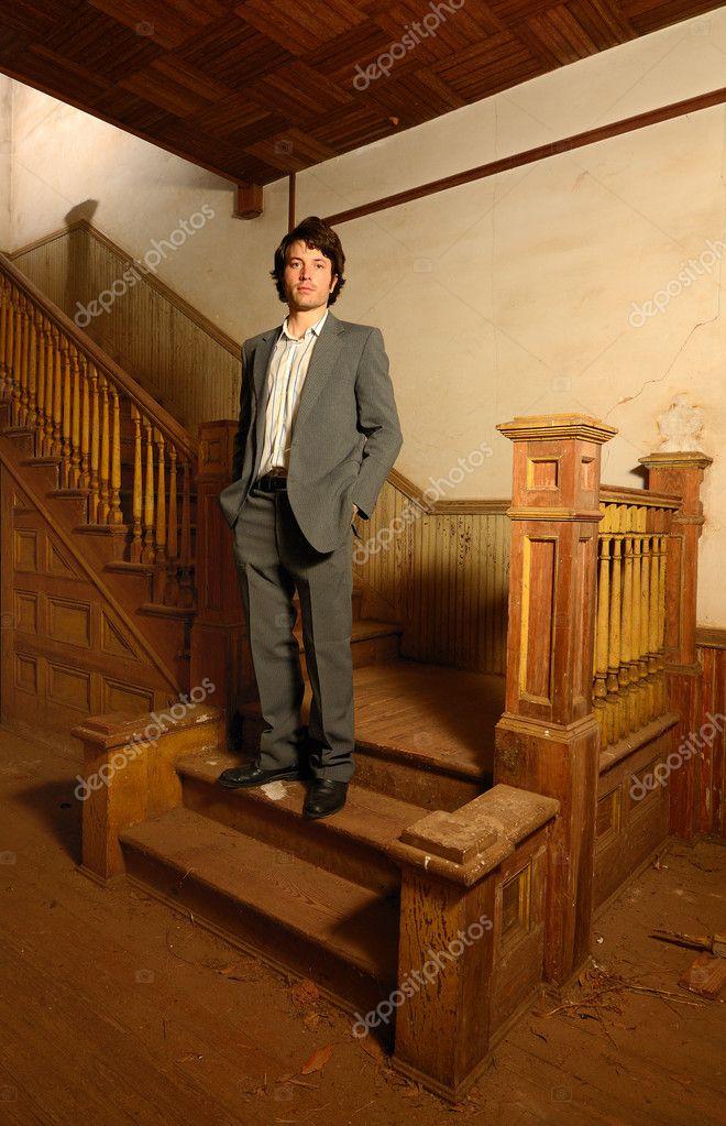 homme assis sur un escalier dans une vieille maison photographie sepavone 7732427. Black Bedroom Furniture Sets. Home Design Ideas