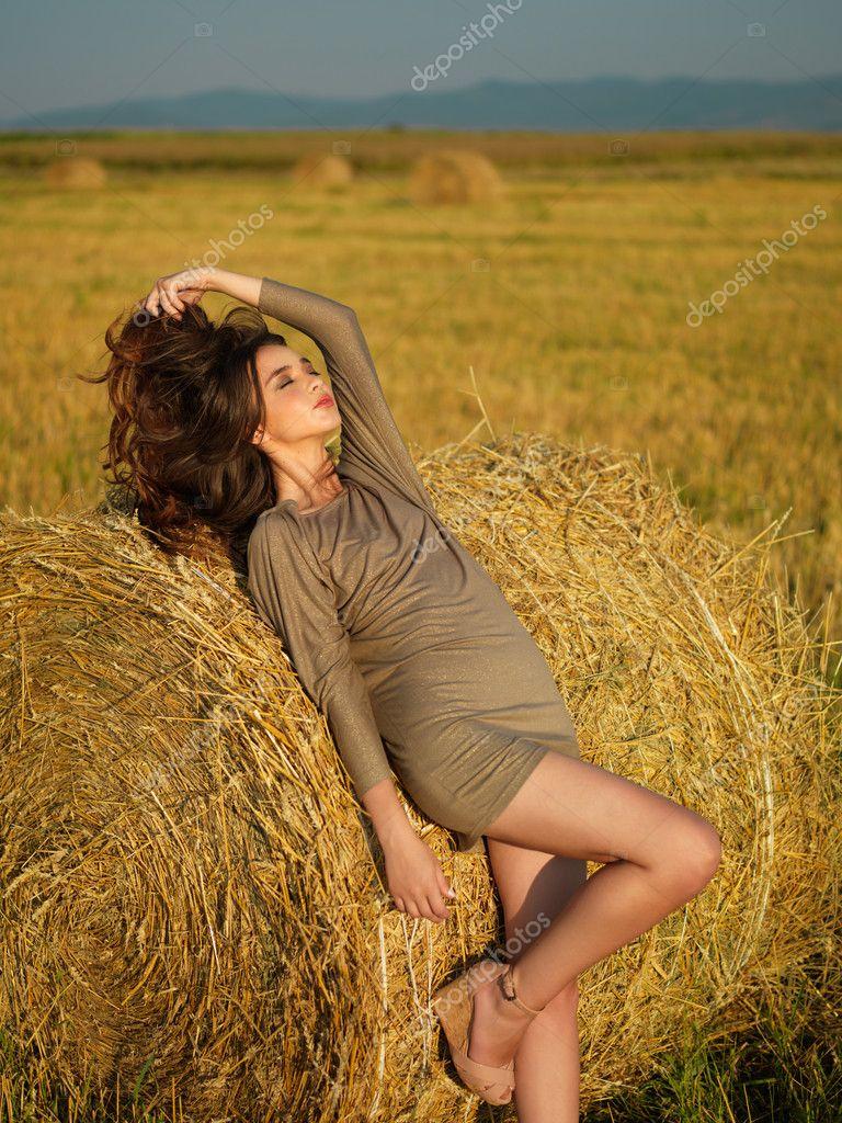 Bella donna godendo dello stack di fieno brezza estiva — Foto di shotsstudio f55f3f3c3e99