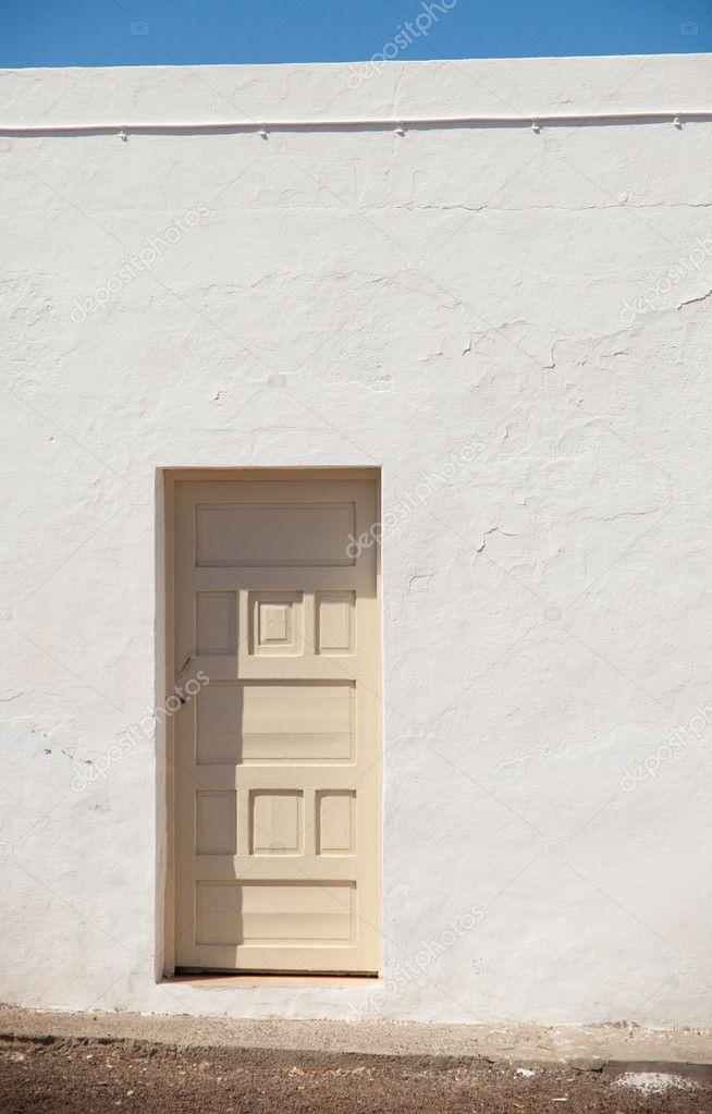 architektonische Abstract - cremefarbenen Tür in einem hellen weiß ...