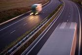 Highway provozu - pohybu rozmazaný kamion na dálnici