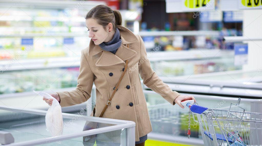 074f35501b49f8 Mooie jonge vrouw kopen van boodschappen in een supermarkt — Stockfoto