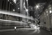 provoz ve městě, v noci v černé a bílé laděných