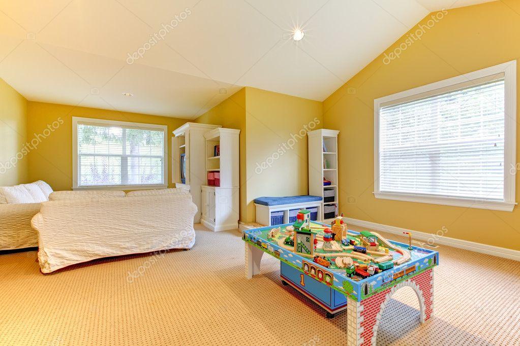 salle de jeux enfants jaune avec sofa blanc et beige tapis. Black Bedroom Furniture Sets. Home Design Ideas
