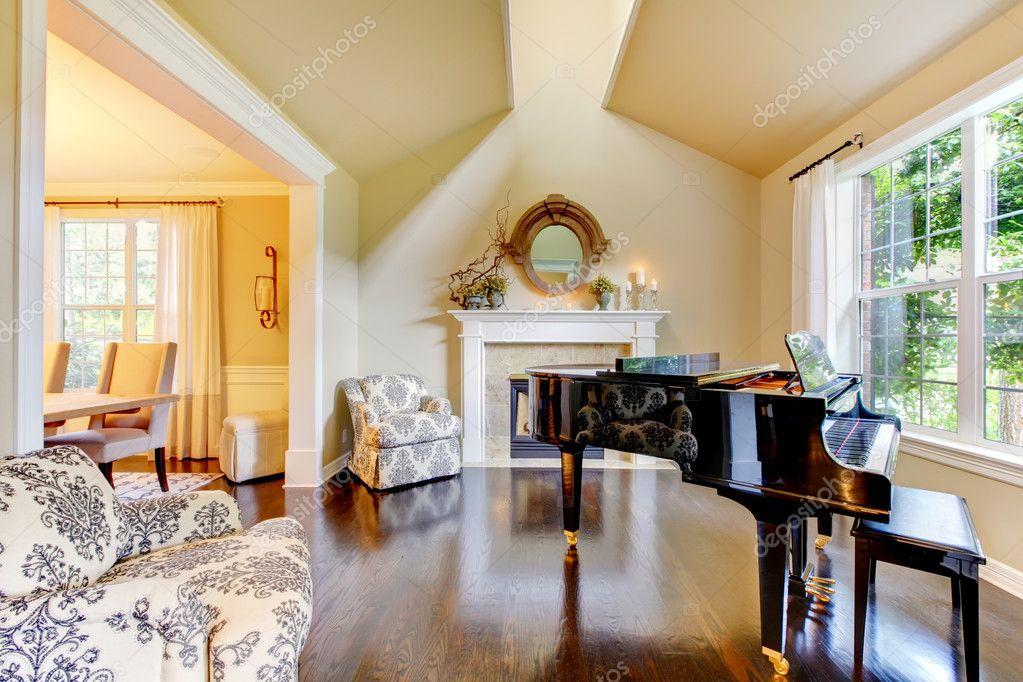 crème gele woonkamer met piano en open haard — Stockfoto © iriana88w ...