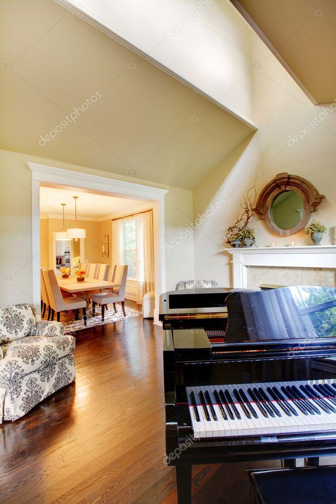 crème gele woonkamer met grand piano en dineren — Stockfoto ...