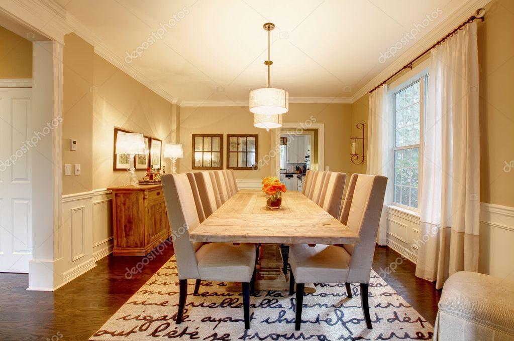 Natuurlijke ontwerp van het huis eetkamer met grote houten tafel