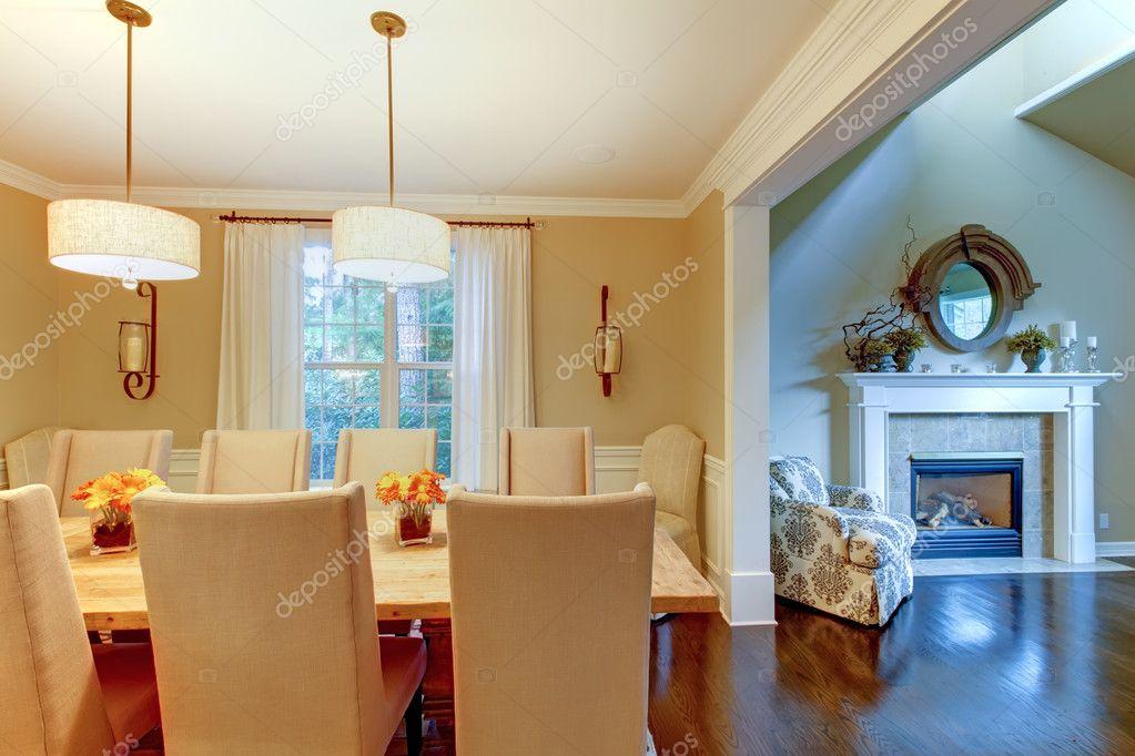 Elegante Creme Naturliche Esszimmer Mit Kamin Stockfoto