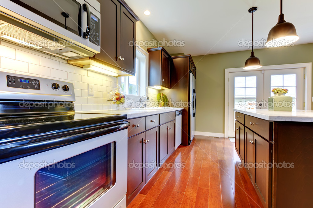 Moderna cucina marrone nuovo con pavimento in ciliegio ...