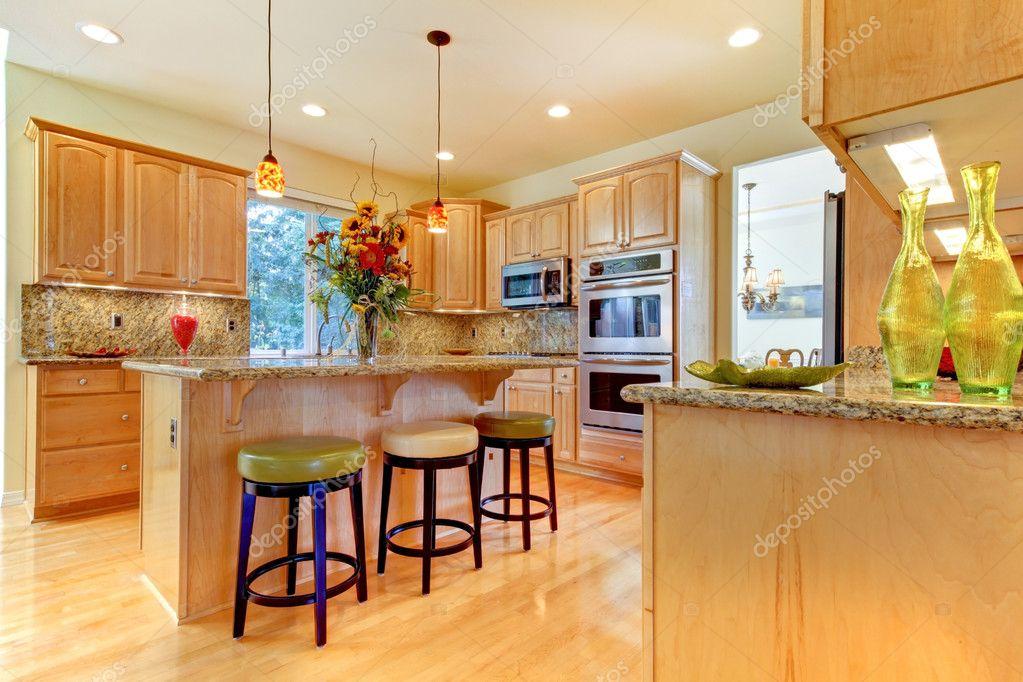 Sgabelli In Legno Per Isola Cucina : Grande lusso acero legno cucina con isola e sgabelli u foto stock