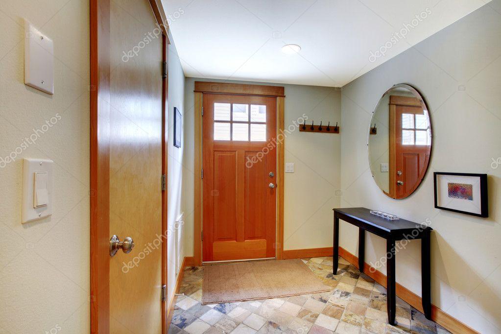 Ingang en hal met twee deuren u2014 stockfoto © iriana88w #7596842