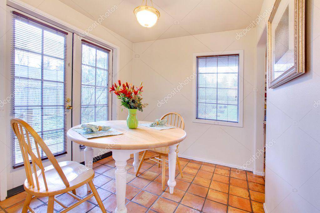 Piastrelle cucina moderna bianca con sedie e tavolo da pranzo di