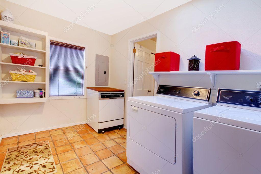 Lavanderia con finestra e pavimento di piastrelle di ceramica in