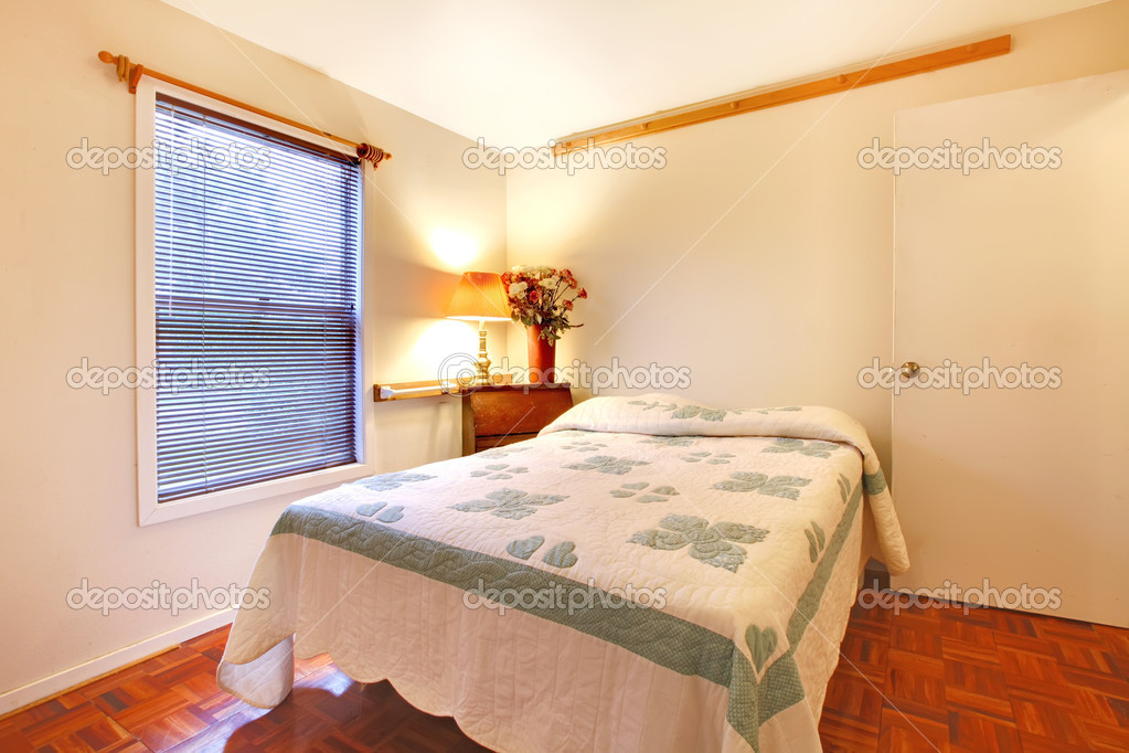 Bedroom with white walls and cherry hardwood floor — Stock Photo ...