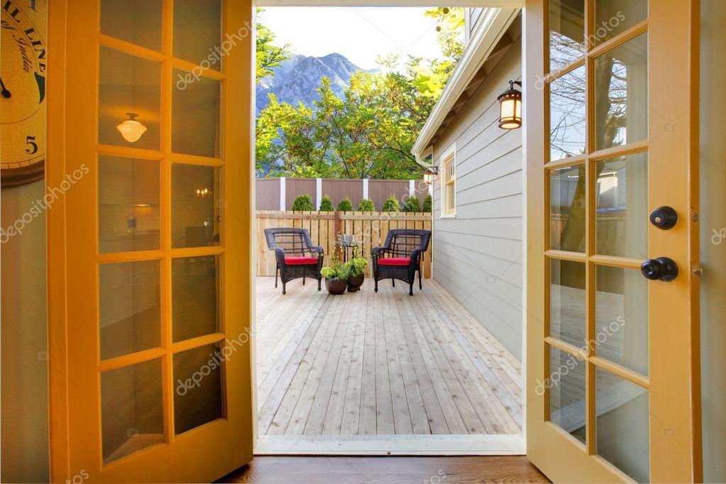 вид палубы от открытой кухне французский двери стоковое