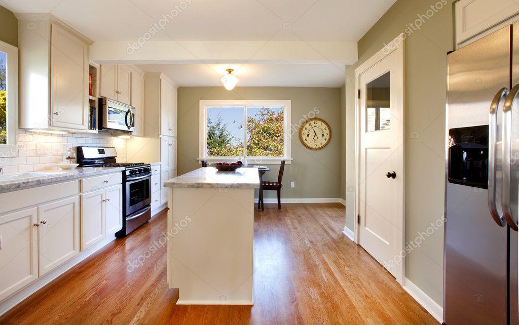 weiße und grüne Küche mit Luxus-design — Stockfoto © iriana88w #7622231