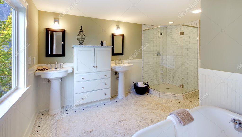 Luxe badkamer met bad en moderne douche en dubbele wastafel