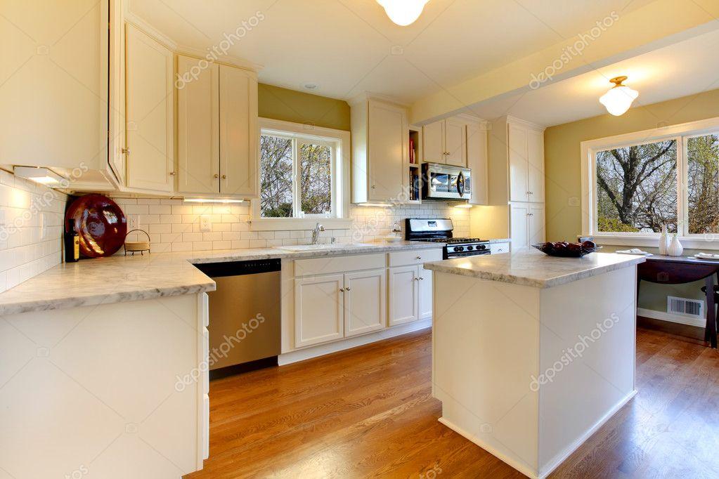 cuisine blanche et verte avec comptoir de marbre et de la conception de luxe photographie. Black Bedroom Furniture Sets. Home Design Ideas